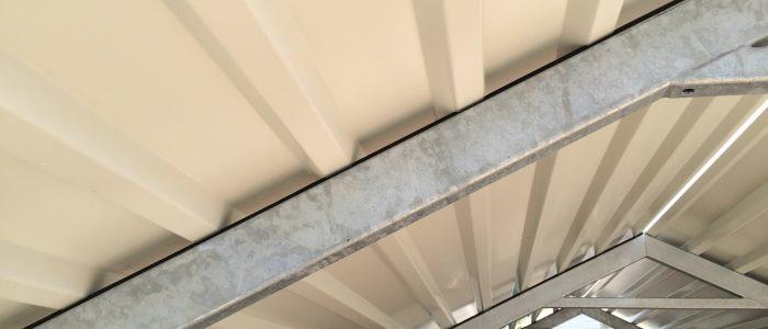 Door gebruik van schuimrubber tussen de spanten en de dakplaten worden eventuele trillingen opgevangen. Hierdoor blijft de lak intact wat aan de duurzaamheid bijdraagt.